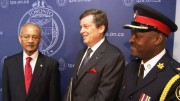 El nuevo Jefe de la Policia de Toronto, Mark Saunders, junto al Alcalde John Tory y el Presidente de la Junta Directiva de los Servicios de Policía, Alok Mukherjee.