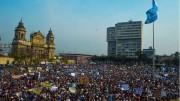 Manifestación en la ciudad de Guatemala exigiendo la renuncia de Perez-Baldetti y contra la corrupción. 25 de abril 2015