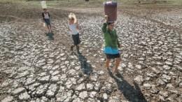 Los habitantes de la comunidad de Santa Isabel, en el occidental departamento de Boaco, en Nicaragua, deben recorrer grandes distancias para extraer agua de riachuelos y pozas, porque las fuentes cercanas se secaron este año, durante la extendida estación seca. Crédito: Cortesía de Jorge Torres/La Prensa de Nicaragua