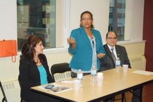 La Vice Ministra de Relaciones Exteriores de El Salvador, Liduvina Magarin, durante su reunión con la comunidad salvadoreña en Toronto. La acompañan Sandra Lobo, Directora de Vinculación de la vice cancillería salvadoreña, y el Embajador de El Salvador en Canadá, Oscar Duarte.